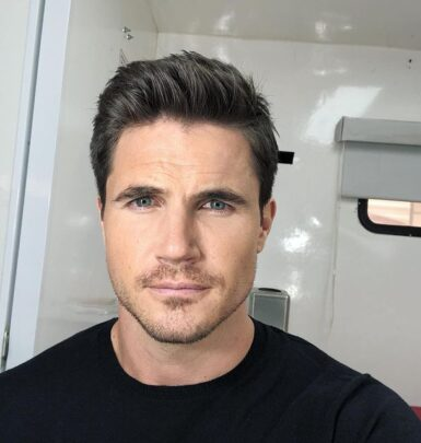 Robbie Amell biography